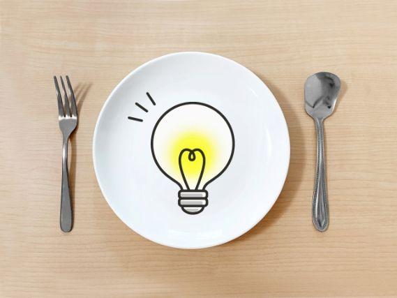 電球の書かれたお皿